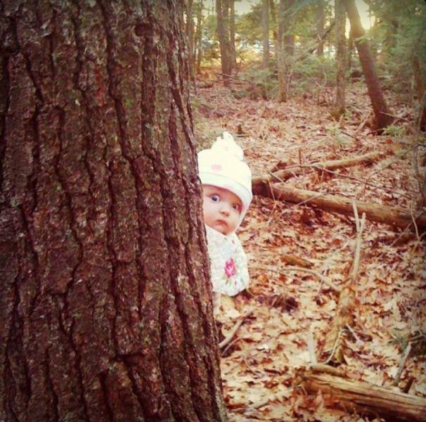 bebe-cache-derriere-un-arbre
