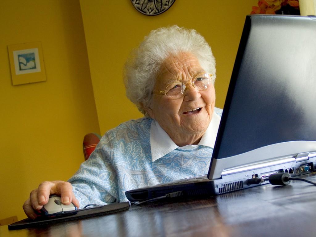 vieille-dame-sur-ordinateur